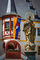 Germany, Bavaria, Lower Franconia, Volkach am Main: market-fountain statue of  Immaculate Conception of the Virgin Mary and townhall gazebo on market square | Deutschland, Bayern, Unterfranken, Volkach am Main: Brunnenfigur des Marktbrunnens Immaculatastatue (Marienstatue der unbefleckten Empfaengnis) und Erker des Rathaus auf dem Marktplatz