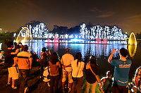 SÃO PAULO, SP, 01.12.2014 – ILUMINAÇÃO DE NATAL FONTE DO IBIRAPUERA - Inaugurada da iluminação de natal da fonte do lago do Ibirapuera, na noite desta segunda feira (01) em São Paulo. (Foto: Levi Bianco / Brazil Photo Press).