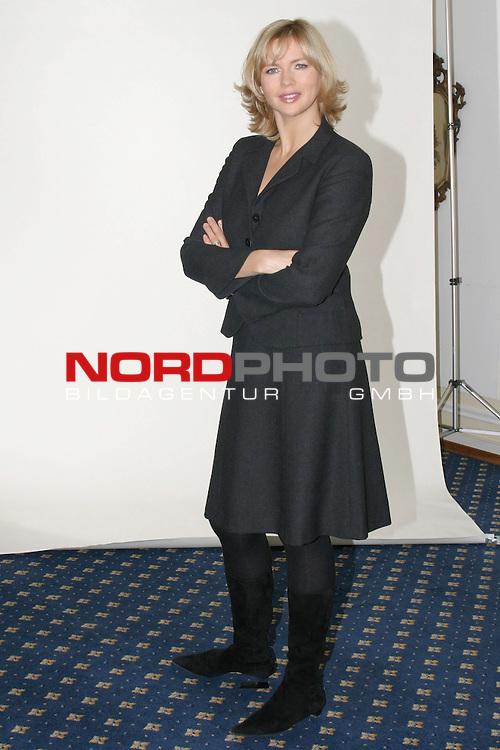 Fotocall zu &quot;Sterne leuchten auch am Tag&quot;, ZDF-Fernsehfilm, Ausstrahlung am 6.Dezember 2004<br /> <br /> Veronica Ferres, Ganzkoerper, verschraenkte Arme<br /> <br /> Foto &copy; nordphoto / Volker Sarbach<br />  *** Local Caption *** Foto ist honorarpflichtig! zzgl. gesetzl. MwSt.<br />  Belegexemplar erforderlich<br /> Adresse: nordphoto<br /> Georg-Reinke-Strasse 1<br /> 49377 Vechta