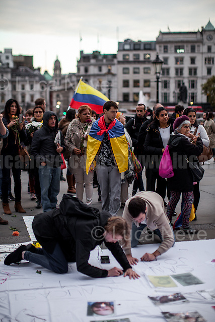 London, 12/10/2016. Today, London&rsquo;s Colombian people gathered in Trafalgar Square to call for an end of the Colombian civil war and to demand for a prompt Peace agreement. From the organisers Facebook event page: &lt;&lt;[&hellip;] We are joining the tribute being held in Bogota this Wednesday, to all the victims that the Colombian conflict has left. From London we are also demanding #PeaceDealNow! We are inviting you to join #PazALaCalleUK (Peace to the streets) and bring some flowers and electric candles to support the Colombian peace process. [&hellip;] We are joining the massive #MarchaDeLasFlores and this is their message: &quot;We are inviting all citizens to join this exercise of empathy and solidarity towards the victims, our heroes of forgiveness. 3000 victims and 7000 indigenous people will come to Bogot&aacute; to demand for a prompt Peace agreement. And we want to receive them with honours. In alliance with ONIC (National Organization of Colombian Indigenous Peoples), some women organizations, the Unit of Victims and the student movement we'll do a human corridor from the Planetario to the Plaza de Bol&iacute;var. We will receive them with flowers and thousands of claps. They will be moving from the Universidad Nacional and the Centre of Memory and Reconciliation in the Calle 26. Because war is not an option anymore, this 12 of October we ALL say &quot;FOR THE VICTIMS, PEACE DEAL NOW!&quot;&gt;&gt;.<br />