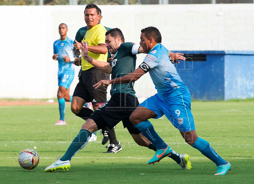 MONTERIA - COLOMBIA - 13-04-2015: Martin Arzuaga (Der.) jugador de Jaguares FC disputa el balón con Francisco Najera (Izq.) jugador de Atlético Nacional durante partido entre Jaguares FC y Atlético Nacional por la fecha 15 de la Liga Aguila I 2015 jugado en el estadio Municipal de Monteria. / Martin Arzuaga (R) player of Jaguares FC vies for the ball with Francisco Najera (L) player of Atletico Nacional during a match between Jaguares FC and Atletico Nacional for the  date 15 of the Liga Aguila I 2015 at the Municipal de Monteria Stadium in Monteria city, Photo: VizzorImage / Jose Perdomo / Cont.