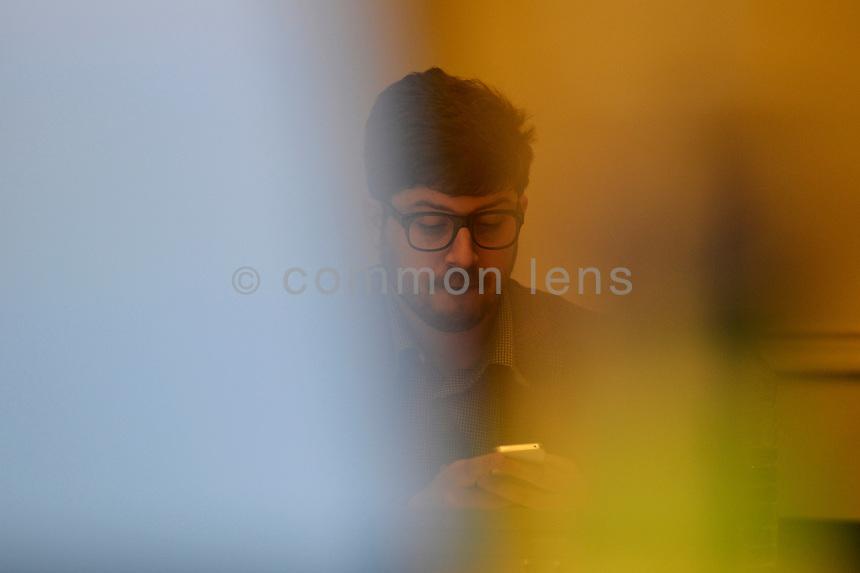 Berlin, Dienstag (21.05.13), der Vorsitzende der Fraktion der Piraten im Abgeordnetenhaus von Berlin, Christopher Lauer, schaut vor Beginn der Fraktionssitzung auf sein iPhone. Foto: Michael Gottschalk/CommonLens