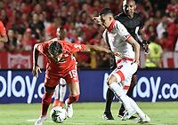 CALI - COLOMBIA, 28-11-2019: Rafael Carrascal del América disputa el balón con Juan Sebastian Pedroza de Cali durante partido por la fecha 6, cuadrangulares semifinales, de la Liga Águila II 2019 entre América de Cali e Independiente Santa Fe jugado en el estadio Pascual Guerrero de la ciudad de Cali. / Rafael Carrascal of America struggles the ball with Juan Sebastian Pedroza of Santa Fe during match for the date 6, quadrangular semifinals, as part of Aguila League II 2019 between America de Cali and Independiente Santa Fe played at Pascual Guerrero stadium in Cali. Photo: VizzorImage / Gabriel Aponte / Staff