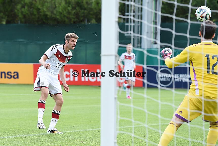 Tor per Kopf: Thomas MUELLER (Deutschland) erzielt das 1:0 im zweiten Spiel gegen Torwart Marius MUELLER (DFB U20).<br />  - Testspiel der Deutschen Nationalmannschaft gegen die U20 im Rahmen der WM-Vorbereitung in St. Martin