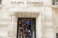 Roma, 31 Agosto 2012.Lavoratori Alcoa protestano davanti  al Ministero dello Sviuppo economico e si arrampicano sulla cancellata.I vigili del fuoco intervengono dopo il malore di un operaio