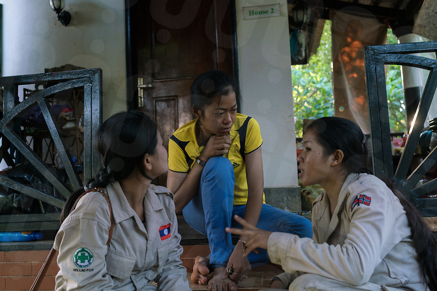 April 26, 2017 - Banlung (Cambodia). Mao Neav (right), one of the explosive detection dogs handler, chats with a member of the Lao team (left) who is visiting the Cambodian centre for a training session. © Thomas Cristofoletti / Ruom