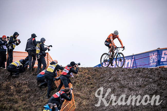 a supreme Mathieu van der Poel (NED) solo's to victory and another year in the rainbow jersey.<br /> <br /> Men's Elite race<br /> UCI 2020 Cyclocross World Championships<br /> Dübendorf / Switzerland<br /> <br /> ©kramon
