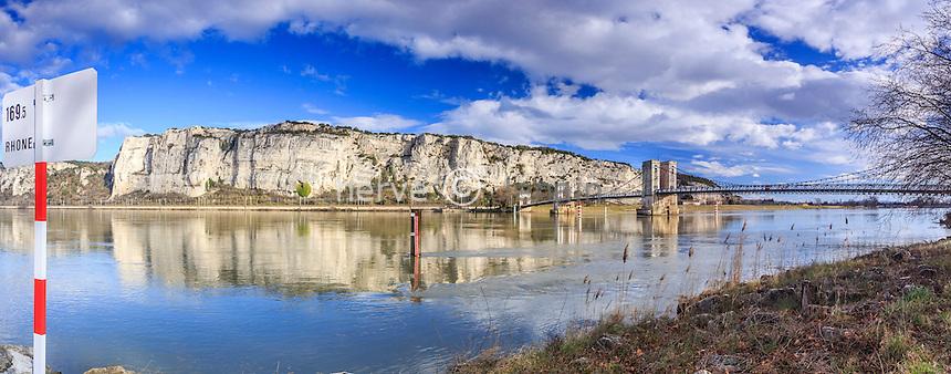 France, Drôme (26) et Ardèche (07), Viviers, le Rhône au niveau du défilée de Donzère et le pont suspendu du Robinet