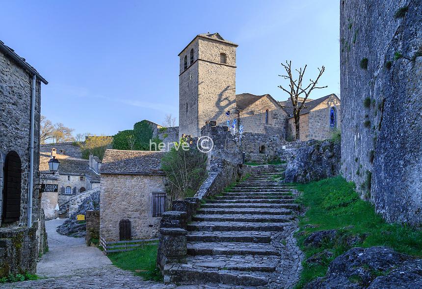 France, Aveyron (12), Parc naturel r&eacute;gional des Grands Causses, class&eacute;e Patrimoine mondial de<br /> l&rsquo;UNESCO,  la Couvertoirade, labellis&eacute; Les Plus Beaux Villages de France, mont&eacute;e vers l'&eacute;glise Saint-Christol // France, Aveyron, Grands Causses Regional Natural Park, listed as World Heritage by UNESCO,  la Couvertoirade, labelled Les Plus Beaux Villages de France (The Most beautiful<br /> Villages of France), Saint Christol church