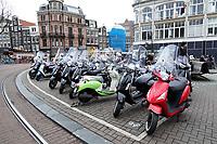 Nederland - Amsterdam - 2018.  Parkeerplaats voor scooters oo hetr Koningsplein.  Berlinda van Dam / Hollandse Hoogte