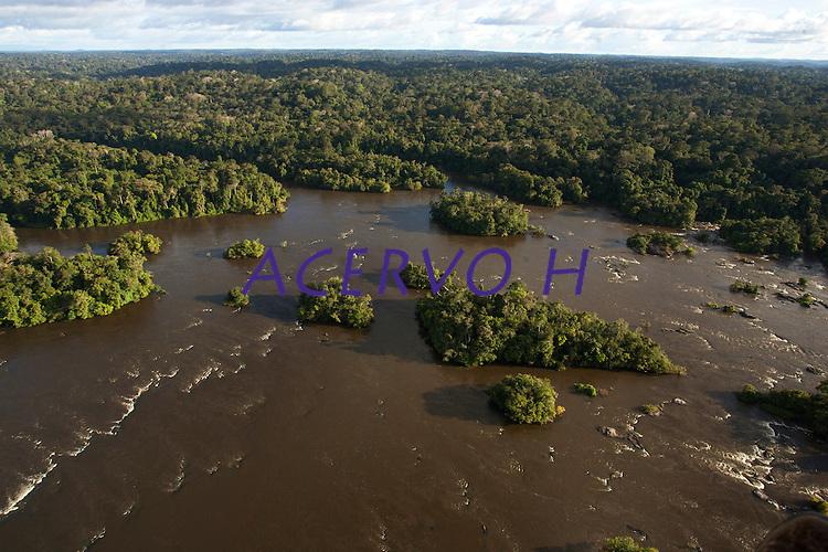 O rio Oiapoque &eacute; um rio do Brasil e Guiana Francesa, que no Brasil banha o estado do Amap&aacute;. Em seu trajeto, &eacute; tamb&eacute;m chamado de Oyapock, Iapoco, Iapoc. Entre os s&eacute;culos XVI e XVIII, foi chamado ainda de rio de Vicente Pinz&oacute;n, em homenagem a Vicente Y&aacute;&ntilde;ez Pinz&oacute;n, navegador espanhol que teria descoberto a sua foz.<br /> <br /> Nasce na Serra Tumucumaque (ou Tumuc-Humac) e vai desaguar no Oceano Atl&acirc;ntico, percorrendo cerca de 350 km. Ao longo do seu percurso, delimita a fronteira entre o Brasil e a Guiana Francesa.<br /> <br /> Oiapoque, Amap&aacute;, Brasil<br /> Foto Paulo Santos<br /> 09/05/2012
