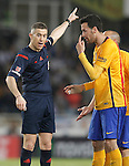 FC Barcelona's Sergio Busquets have words with Spanish referee Iglesias Villanueva during La Liga match. April 9,2016. (ALTERPHOTOS/Acero)