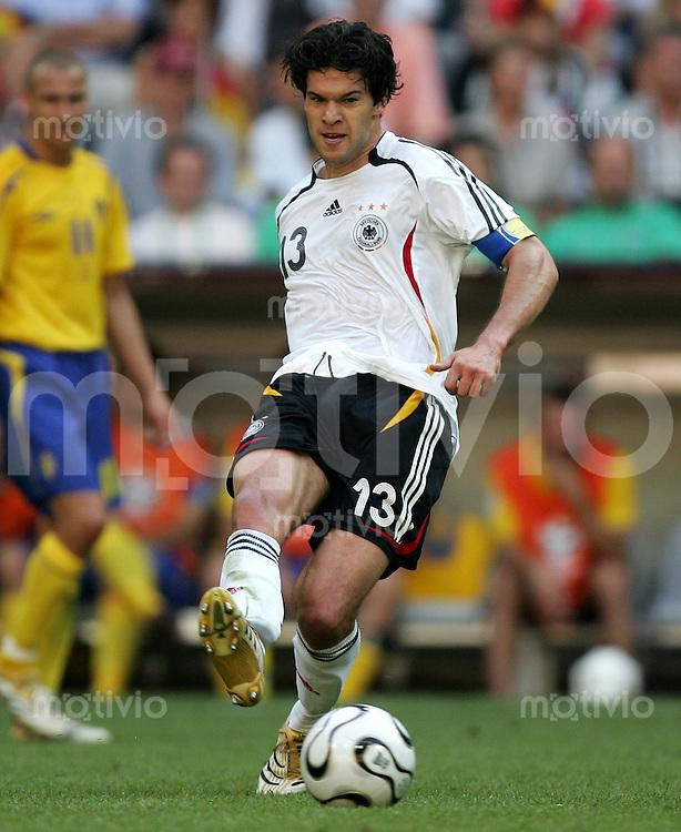 Fussball WM 2006 Achtelfinale in Muenchen Deutschland - Schweden Michael Ballack (GER) am Ball.