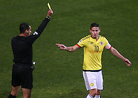 VIÑA DEL MAR - CHILE - 26-04-2015: Roberto Garcia (Izq.), arbitro mexicano, muestra tarjeta amarilla a James Rodriguez (Der.), jugador de Colombia, durante partido Colombia y Argentina, por los cuartos de final, de la Copa America Chile 2015, en el estadio Sausalito en la Ciudad de Viña del Mar / Roberto Garcia (L), mexican referee, shows yellow card to James Rodriguez (R), player of Colombia, during a match between Colombia and Argentina, for the quarterfinals of the Copa America Chile 2015, in the Sausalito stadium in Viña del Mar city. Photo: VizzorImage /  Photosport / Jonathan Mancilla / Cont.