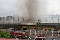 SAO CAETANO DO SUL, SP, 24 SETEMBRO 2012 - INCENDIO GALPAO SAO CAETANO - Um incêndio de grandes proporções atinge um galpão da Prefeitura de São Caetano, na Avenida Presidente Kennedy, altura do n° 2.100, no bairro Santa Paula, desde as 12h40 desta segunda-feira. Onze viaturas do Corpo de Bombeiros foram enviadas ao local. Ninguém ficou ferido. (FOTO: ALE VIANNA / BRAZIL PHOTO PRESS).