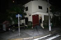 SAO PAULO, SP, 11 JANEIRO 2013 - ASSALTANTE MORTO EM SORVETERIA - Corpo de homem que tentou assaltar uma sorveteria na Rua Paulistânia, próximo à estação Vila Madalena do metrô, na zona oeste de São Paulo, na noite desta quinta-feira (10). Um policial civil que estava no estabelecimento reagiu ao assalto e atirou com sua arma no ladrão, que morreu no local. O outro suspeito fugiu de moto. Segundo a polícia, a arma do assaltante era de brinquedo. (FOTO: MAURICIO CAMARGO / BRAZIL PHOTO PRESS).