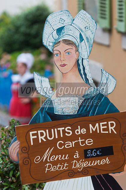 Europe/France/Bretagne/35/Ille et Vilaine/Dinard: Hôtel Printania _Porte Menu Serveuse en Costume traditionnel <br />  // France, Ille et Vilaine, Cote d'Emeraude (Emerald Coast), Dinard, Hotel Printania : menu holder: Waitress in traditional costume
