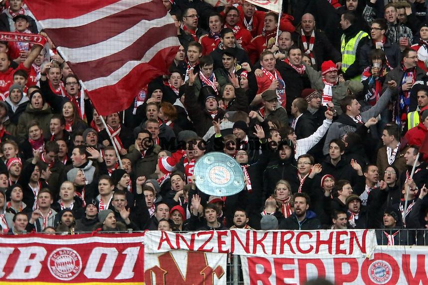 Fans von Bayern Muenchen feiern mit der Meisterschale