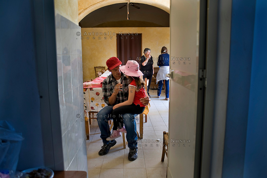 Un mandriano parla con la figlia prima di partire per la transumanza..A cowboy speaks with his daughter before leaving to lead the Colantuono family's herd toward a cooler climate.