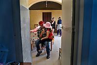 Un mandriano parla con la figlia prima di partire per la transumanza..A cowboy speaks with his daughter before leaving to lead the Colantuono family's herd toward a cooler climate.