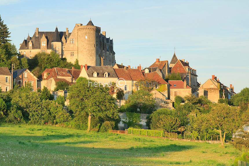 France, Indre (36), Palluau-sur-Indre, le village dominé par son château le soir // France, Indre, Palluau sur Indre, the village dominated by the castle in the evening