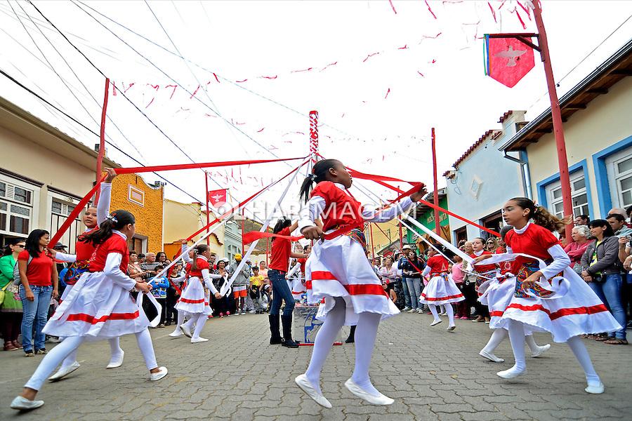 Apresentação de grupos de Congada e Moçambique na Festa do Divino de Sao Luiz do Paraitinga. Sao Paulo. 2013. Foto de Levi Bianco.