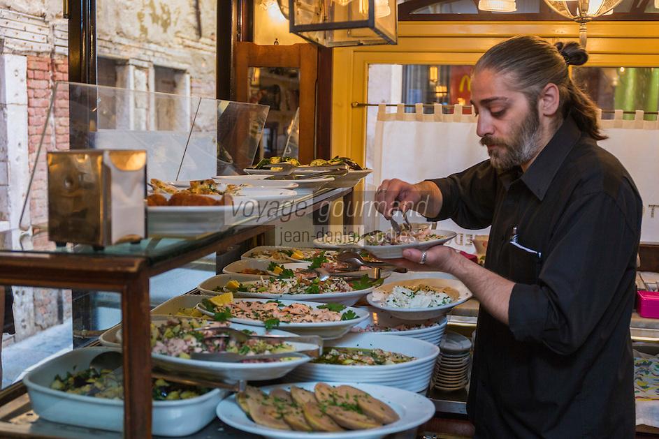 Italie, Vénétie, Venise:  Bacaro: Osteria da Codroma,  service des Cicchetti    // Italy, Veneto, Venice: