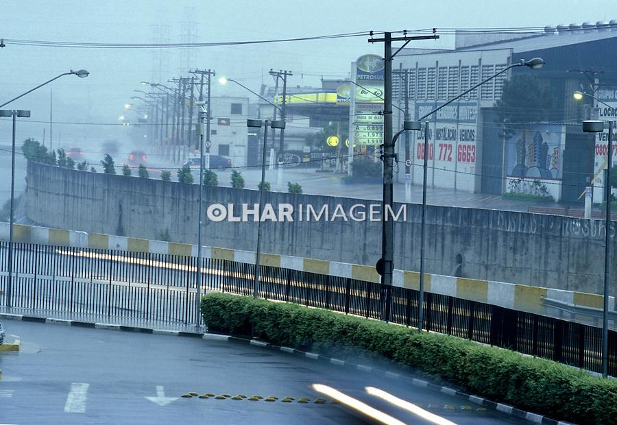 Rio Tamanduateí e Avenida dos Estados com chuva. São Paulo. 2004. foto de Zig Koch.