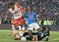 BOGOTA - COLOMBIA, 13-12-2017: Jader Valencia (C) jugador de Millonarios disputa el balón con William Tesillo (Izq) jugador y Robinson Zapata arquero de Independiente Santa Fe durante partido partido por la final ida de la Liga Aguila II 2017jugado en el estadio Nemesio Camacho El Campin de la ciudad de Bogotá. / Jader Valencia (C) player of Millonarios fights for the ball with William Tesillo (L) player and Robinson Zapata goalkeeper of Independiente Santa Fe during first leg match for the final of the Liga Aguila II 2017played at the Nemesio Camacho El Campin Stadium in Bogota city. Photo: VizzorImage / Gabriel Aponte / Staff.