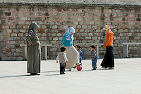 Türkei, Vor der Fatih Camii (Moschee) in Istanbul