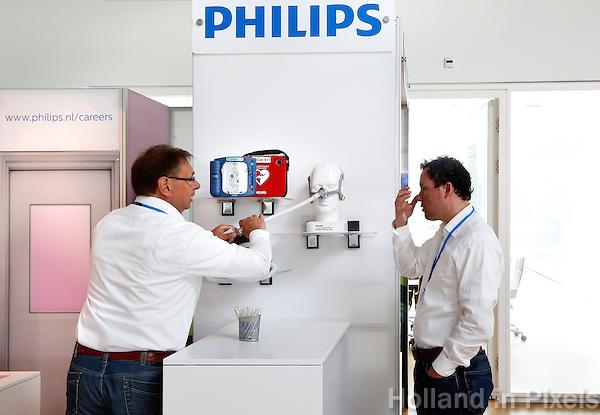 Eindhoven High Tech Campus open dag. Dutch Technology Week. High Tech Campus Eindhoven is een technologiecentrum op het terrein van het voormalige 'NatLab' het Philips Natuurkundig Laboratorium. High Tech Campus Eindhoven is een R&D-ecosysteem waar meer dan 90 bedrijven en instituten en ruim 8.000 onderzoekers, ontwikkelaars en ondernemers werken aan de technologieën en producten van morgen. Philips Research healthcare.