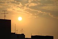 SÃO PAULO, SP, 10.03.2020 - SOL-SP - Pôr do Sol visto na região central de São Paulo, nesta terça-feira, 10. (Foto Charles Sholl/Brazil Photo Press)