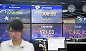Economy, Oct 16, 2017 : A currency trader works as screens show exchange rates and KOSPI (Korea Composite Stock Price Index) (bottom R) at a dealing room of KEB Hana Bank in Seoul, South Korea. (Photo by Lee Jae-Won/AFLO) (SOUTH KOREA)
