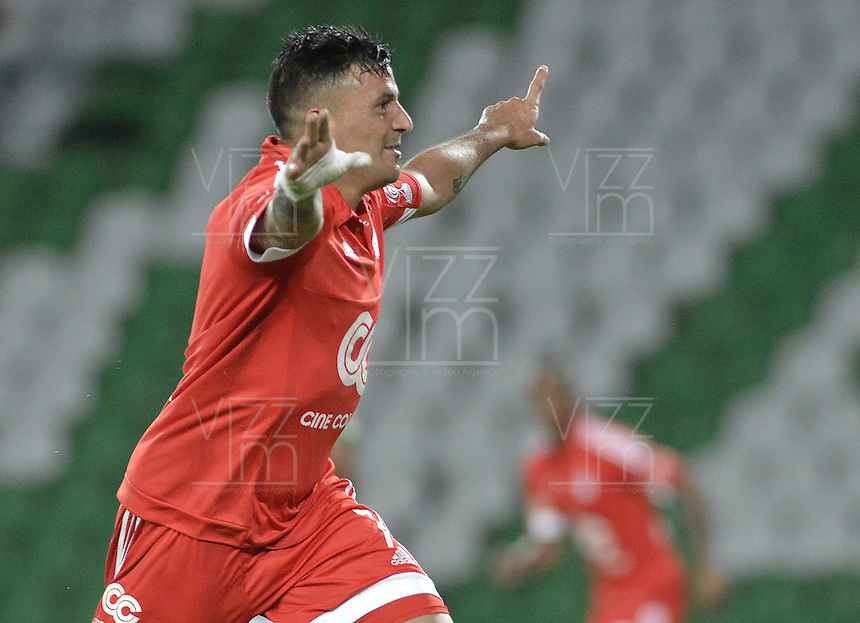 ARMENIA - COLOMBIA -14-10-2015: Anibal Hernandez (Der.) del América de Cali celebra un gol anotado al Deportes Quindio durante partido por la fecha 14 de vuelta del Torneo Águila 2015 jugado en el estadio Centenario de la ciudad de Armenia./ Anibal Hernandez (R) of America de Cali celebrates a goal scored to Deportes Quindio during match for the second leg date 14 of Aguila Tournament 2015 played at Centenario stadium in Armenia city. Photo: VizzorImage/ Gabriel Aponte / Staff