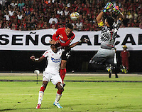 CUCUTA - COLOMBIA -01-02-2015: John Garcia jugador de Cucuta Deportivo, cabecea un balón sobre Jhonny A. Vasquez jugador de Atletico Junior durante  partido Cucuta por la fecha 1 de la Liga de Aguila I 2015 en el estadio General Santander en la ciudad de Cucuta / John Garcia playes of Cucuta Deportivo header over Jhonny A. Vasquez player of Atletico Junior during a match for date 1 of the Liga de Aguila I 2015 at General Santander stadium in Cucuta city. Photo: VizzorImage  / Manuel Hernandez / Str.