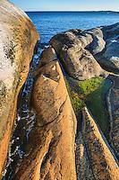 Klippa med spricka vid havet på Huvudskär i Stockholms skärgård.
