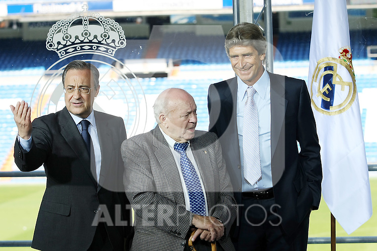 Real Madrid's new coach Manuel Pellegrini (r),the Presindent Florentino Perez (l) and the Hono President Alfredo Di Stefano (c).June 2 2009. (ALTERPHOTOS/Acero).