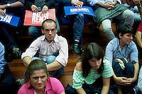 Lecco: gente ascoltano Matteo Renzi durante il suo discorso a Bergamo, per la sua campagna elettorale per le primarie del PD.