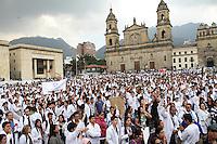 BOGOTA -COLOMBIA- 29 -10--2013. Profesionales, estudiantes, usuarios y empleados de la salud marcharon por las calles de Bogotá, octubre 29 de 2013. Miles de colombianos marcharon por las calles de las ciudades del país para protestar contra la reforma de la salud. Los médicos convocaron a la marcha en las principales ciudades del país, para protestar la reforma que plantea que clínicas y hospitales puedan formar y titular especialistas. (Fotos: VizzorImage / Felipe Caicedo / Staff ). Professionals, students, users and health workers marched through the streets of Bogota , October 29, 2013. Thousands of Colombians marched through the streets of the cities to protest against health reform. The doctors called for the march in major cities, to protest the reform states that clinics and hospitals to train and certify specialists. (Photos: VizzorImage / Felipe Caicedol / Staff