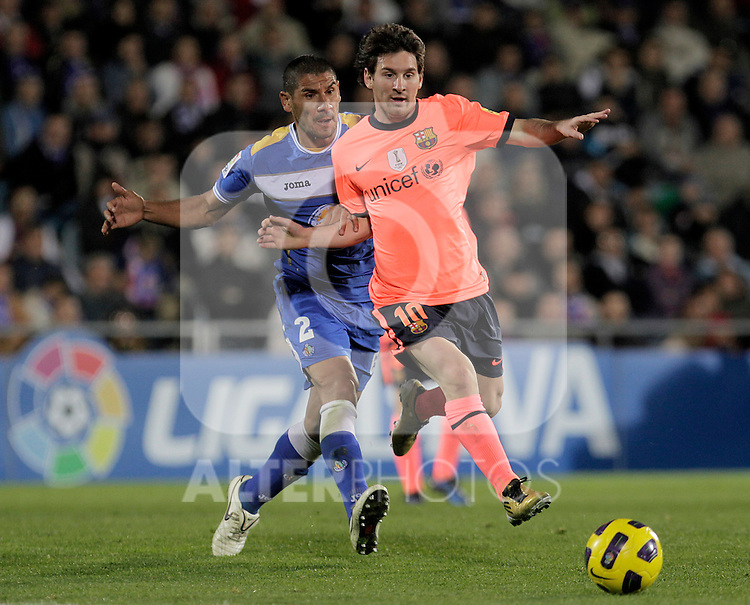 FC Barcelona's Lionel Messi (r) and Getafe's Cata Diaz during La Liga match.November 07,2010. (ALTERPHOTOS/Acero)