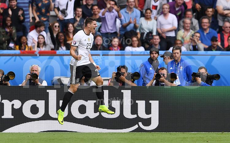 FUSSBALL EURO 2016 GRUPPE C in Paris Nordirland - Deutschland     21.06.2016 Mario Gomez (Deutschland) jubelt nach seinem Tor zum 0-1
