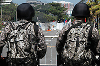 RIO DE JANEIRO; RJ; 21.10.2013 - Manifestantes entram em confronto com integrantes da Força Nacional na Avenida Sernambetiba, altura do Posto 3 da Barra da Tijuca, durante a concentração contra o leilão do Campo de Libra que será realizado em um hotel próximo nesta segunda-feira (21) . FOTO: NÉSTOR J. BEREMBLUM - BRAZIL PHOTO PRESS