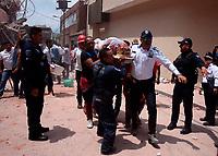 MEX60. CUERNAVACA (MÉXICO), 19/09/2017.- Rescatistas ayudan a una mujer que se encontraba entre los escombros de los edificios colapsados en Cuernavaca, Morelos (México) hoy, martes 19 de septiembre de 2017, tras un sismo de magnitud 7,1 en la escala de Richter, que sacudió fuertemente la capital mexicana y causó escenas de pánico justo cuanto se cumplen 32 años de poderoso terremoto que provocó miles de muertes. Las autoridades mexicanas elevaron hoy a 119 el número de muertos por el terremoto de magnitud 7,1 en la escala de Richter que sacudió hoy con violencia el centro del país. EFE/Tony Rivera