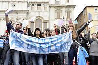 Roma, 19 Maggio 2010.Piazza Navona.I ricercatori delle università manifestano davanti il Senato contro i tagli all'istruzione della manovra finanziaria