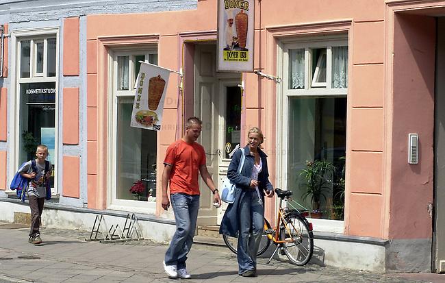 Tuerkischer &quot;Doener-Imbiss Koenigstrasse&quot; in Wittstock<br /> Unbekannte, moeglicherweise Rechtsextremisten, warfen in der Nacht vom 8. auf den 9. Juni 2002 die Scheiben des Imbiss mit Steinen und Bierflaschen ein. Die Polizei schliesst einen auslaenderfeindlichen Hintergrund nicht aus.<br /> Wittstock, 20. 6. 2002<br /> Copyright: Christian-Ditsch.de<br /> [Inhaltsveraendernde Manipulation des Fotos nur nach ausdruecklicher Genehmigung des Fotografen. Vereinbarungen ueber Abtretung von Persoenlichkeitsrechten/Model Release der abgebildeten Person/Personen liegen nicht vor. NO MODEL RELEASE! Nur fuer Redaktionelle Zwecke. Don't publish without copyright Christian-Ditsch.de, Veroeffentlichung nur mit Fotografennennung, sowie gegen Honorar, MwSt. und Beleg. Konto: I N G - D i B a, IBAN DE58500105175400192269, BIC INGDDEFFXXX, Kontakt: post@christian-ditsch.de<br /> Bei der Bearbeitung der Dateiinformationen darf die Urheberkennzeichnung in den EXIF- und  IPTC-Daten nicht entfernt werden, diese sind in digitalen Medien nach &sect;95c UrhG rechtlich geschuetzt. Der Urhebervermerk wird gemaess &sect;13 UrhG verlangt.]