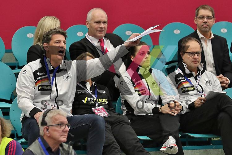 Kolding (DK), 010.12.15, Sport, Handball, 22th Women's Handball World Championship, Vorrunde, Gruppe C, Deutschland-S&uuml;d Korea : Links im Bild Jan Holpert (Deutschland, Torwarttrainer)<br /> <br /> Foto &copy; PIX-Sportfotos *** Foto ist honorarpflichtig! *** Auf Anfrage in hoeherer Qualitaet/Aufloesung. Belegexemplar erbeten. Veroeffentlichung ausschliesslich fuer journalistisch-publizistische Zwecke. For editorial use only.