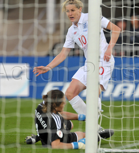 England's Kelly Smith (R) puts the 2-1 past Germany's Nadine Angerer (L) during the UEFA Women's EURO 2009 final Germany v England in Helsinki, Finland, 10 September 2009. Photo: CARMEN JASPERSEN/Actionplus. UK Licenses Only