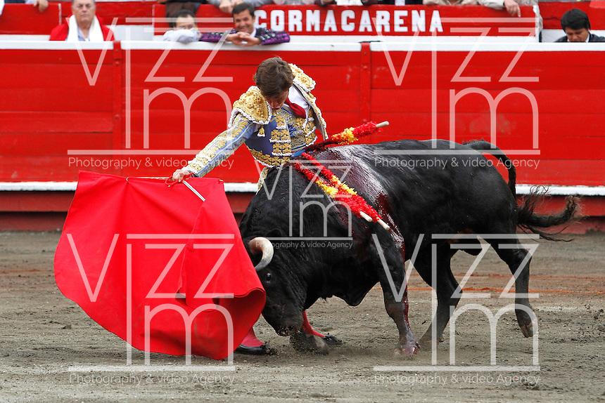 MANIZALES-COLOMBIA. 10-01-2016: El Juli, torero español, lidiando al toro Yequilero durante el Mano a Mano con Enrique Ponce, corrida como parte de la version 60 de La Feria de Manizales 2016 que se lleva a cabo entre el 2 y el 10 de enero de 2016 en la ciudad de Manizales, Colombia. / El Juli, Spanish bullfighter struggling the bull Yequilero in the hand to hand with Enrique Ponce, as part of version 60 of Manizales Fair 2016 takes place between 2 and 10 January 2016 in the city Manizales, Colombia.Photo: VizzorImage / Santiago Osorio / Cont.