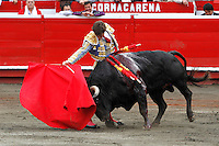 MANIZALES-COLOMBIA. 10-01-2016: El Juli, torero español, lidiando al toro Yequilero durante el Mano a Mano con Enrique Ponce, corrida como parte de la version 60 de La Feria de Manizales 2016 que se lleva a cabo entre el 2 y el 10 de enero de 2016 en la ciudad de Manizales, Colombia. / El Juli, Spanish bullfighter struggling the bull Yequilero in the hand to hand with Enrique Ponce, as part of version 60 of Manizales Fair 2016 takes place between 2 and 10 January 2016 in the city Manizales, Colombia.Photo: VizzorImage / Santiago Osorio / Cont.