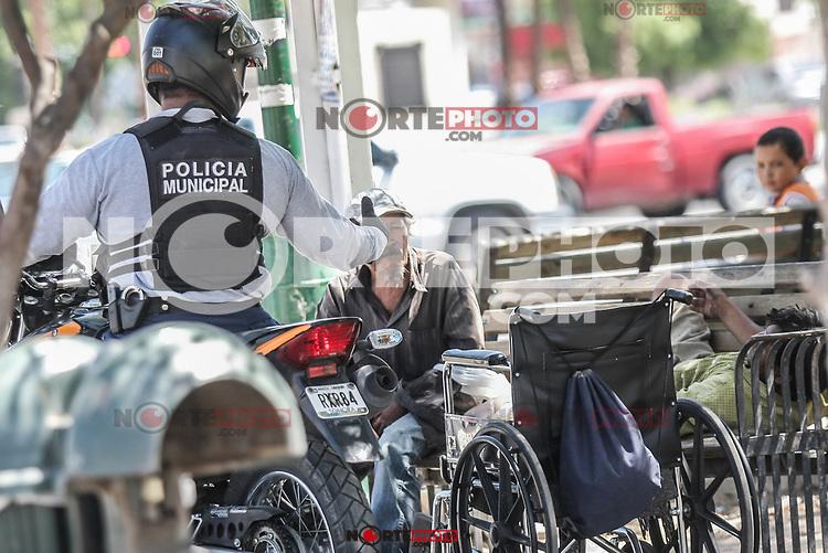 Polica municipal e indigentes en el jardin Juarez